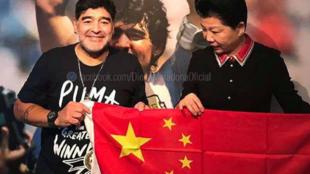 Maradona posa con la bandera de China