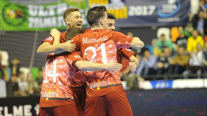 Los jugadores de ElPozo se abrazan tras uno de los goles.