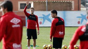 Raíllo saluda durante un entrenamiento del Mallorca.