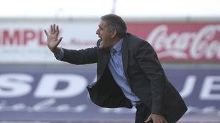 Paco Herrera da órdenes durante un encuentro.
