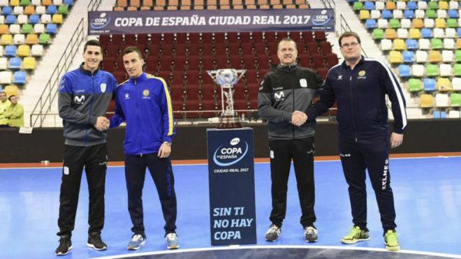 Ortiz, Rescia, Jesús Velasco y Jordi Cobo posan junto altrofeo.