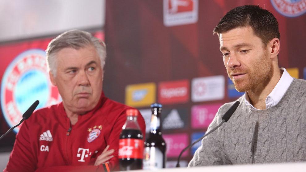 Xabi Alonso y Carlo Ancelotti, durante la rueda de prensa.