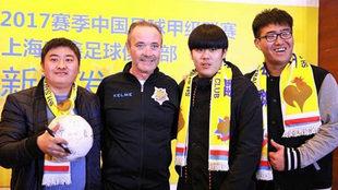 Juan Ignacio Martínez posa con aficionados del Shanghai Shenxin en la...