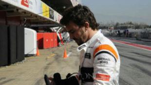 Alonso llega al box de McLaren tras quedarse parado en la pista por...