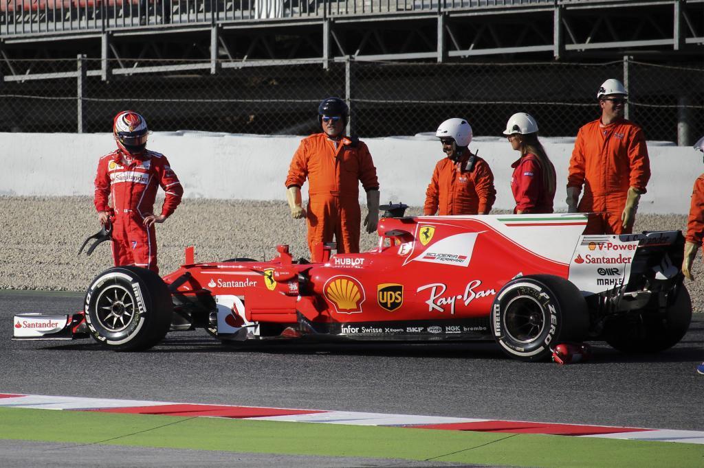 Kimi Raikkonen después de trompear y detenerse su coche.