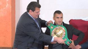 Juan 'Churritos' Hern�ndez recibe el cintur�n de campe�n...