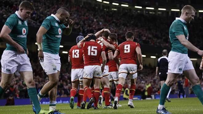 Los jugadores galeses celebran el ensayo de George North ante la...