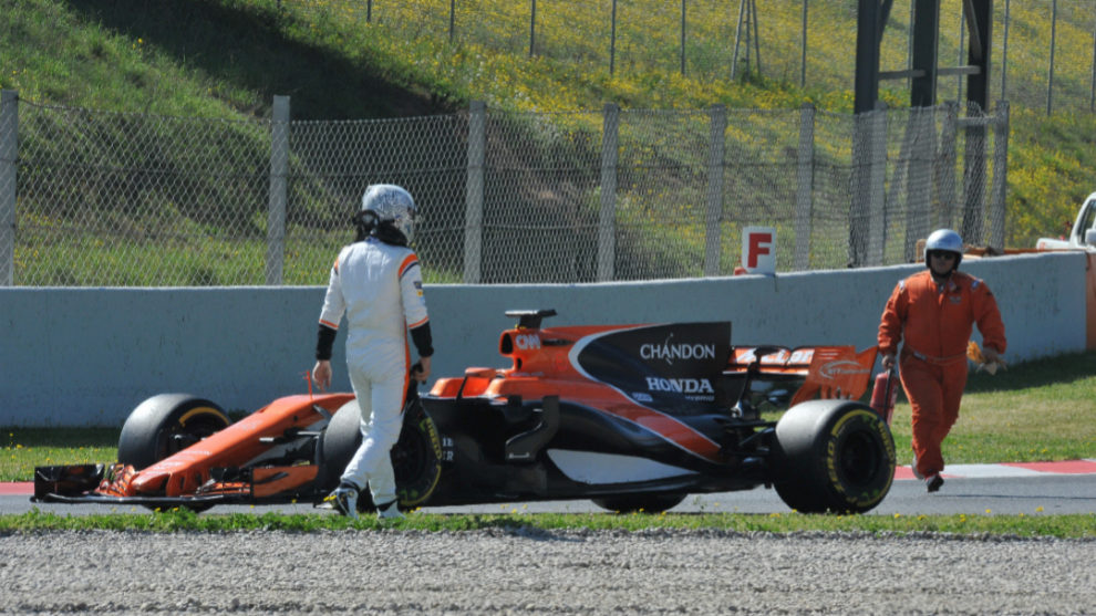 Alonso, en el momento de uno de los parones de hoy en Montmeló.