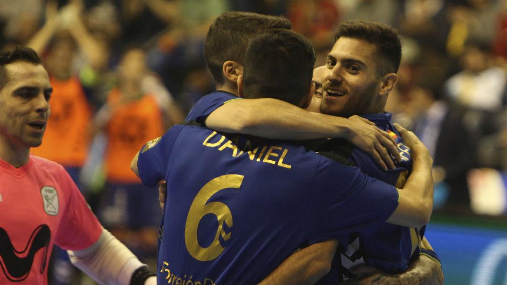 Los jugadores del Movistar Inter se abrazan tras un gol.