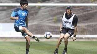 Shibasaki golpea al balón durante el entrenamiento de este jueves en...