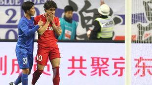 Sun Shilin agradece al jugador brasileño su error en el penalti.