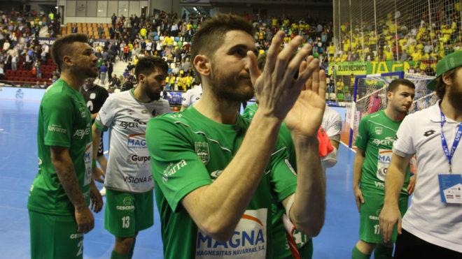 Roberto Martil aplaude al público tras la derrota.