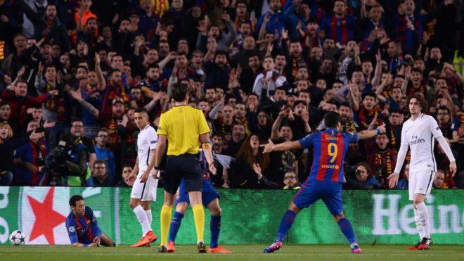 Suárez pide penalti a Neymar a Atekyn durante el Barça-PSG