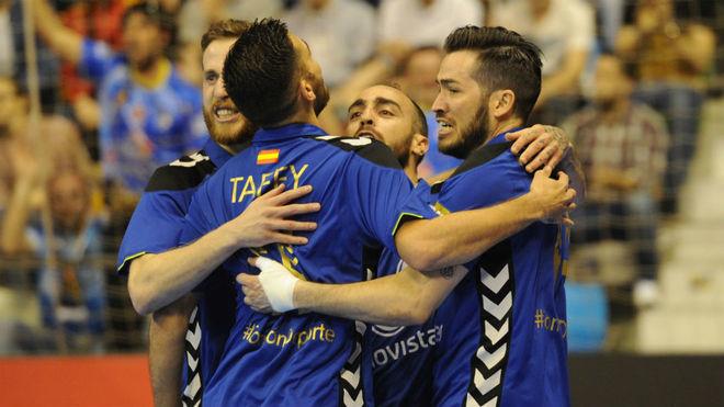 Los jugadores del Movistar Inter se abrazan tras uno de los goles.
