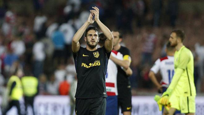 Koke saluda a los aficionados del Atlético desplazados a Granada.