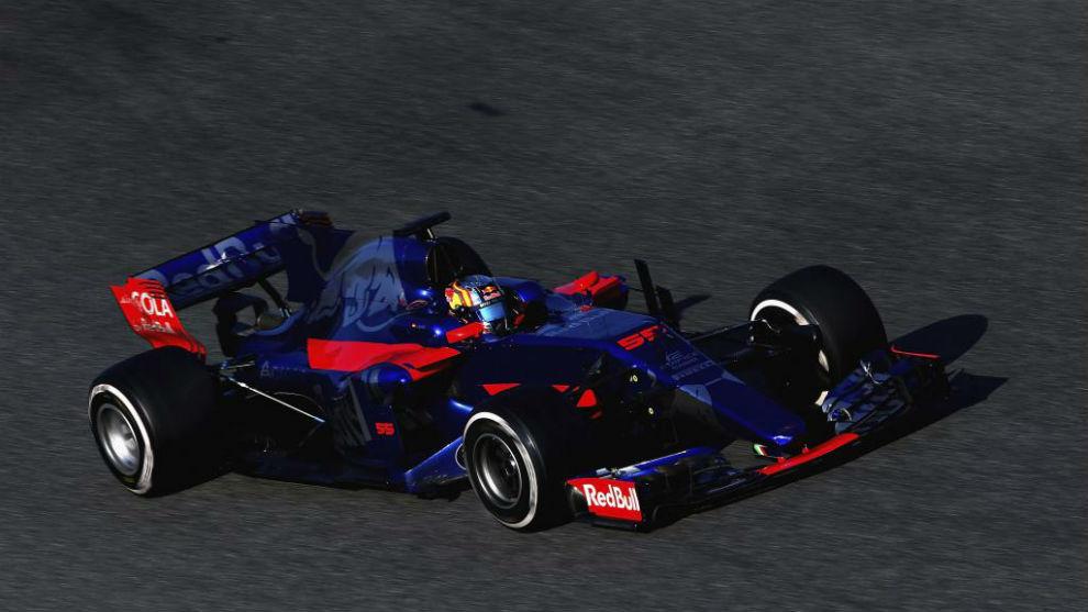 Carlos Sainz pilota el Toro Rosso STR12 en Montmeló.
