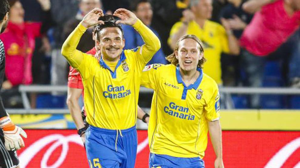 Roque Mesa celebra junto a Halilovic su gol a Osasuna esta temporada.