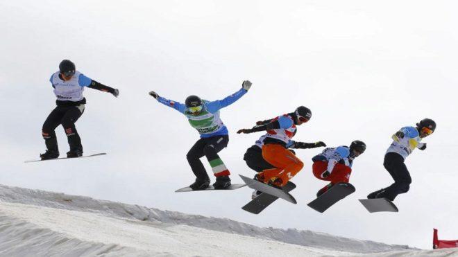 Eguibar, con el pantalón naranja, en las finales del snowboard cross...