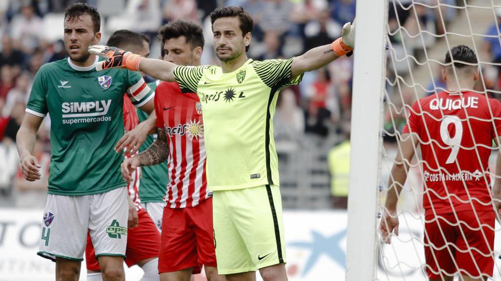 Los jugadores del Almería y Huesca durante un córner.