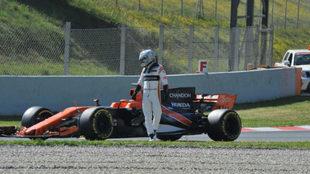 Alonso se baja del McLaren tras quedarse parado en medio de la pista.