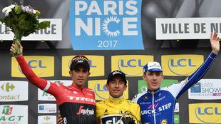 Contador en el podio junto a Henao y Dan Martin.