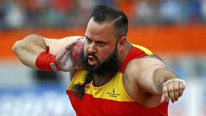 Carlos Tobalina se dispone a lanzar durante una competición.