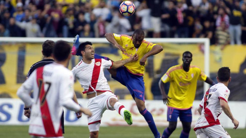 Varios jugadores disputan un balón.