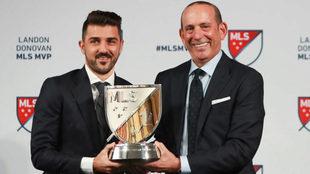 Don Garber entrega a Villa el MVP de la MLS 2016.