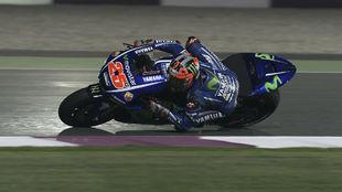 Maverick Vi�ales, sobre su Yamaha M1 en el circuito de Losail durante...