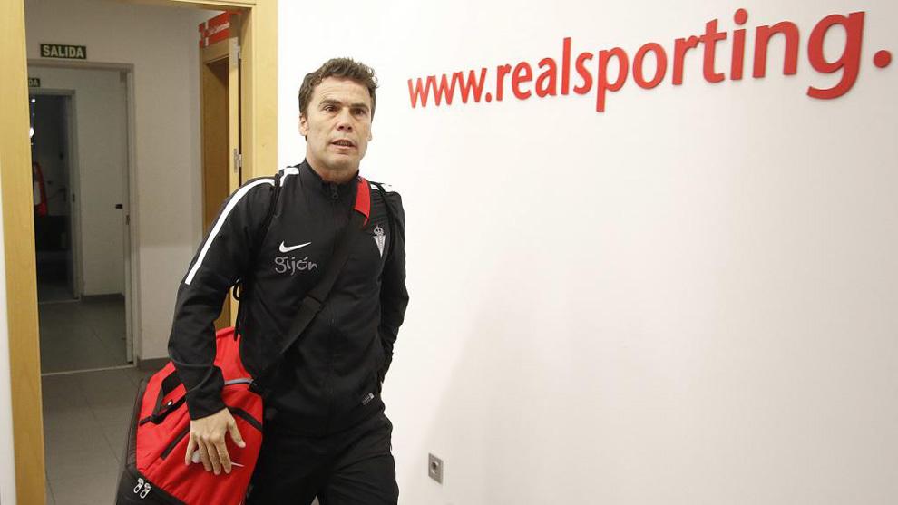 Rubi, llegando al estadio de El Molinón antes de un partido del...