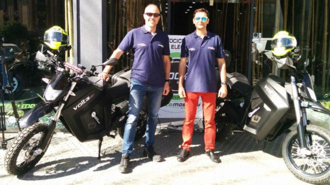Albert Bosch y Manu Bustelo posan con las motos eléctricas.