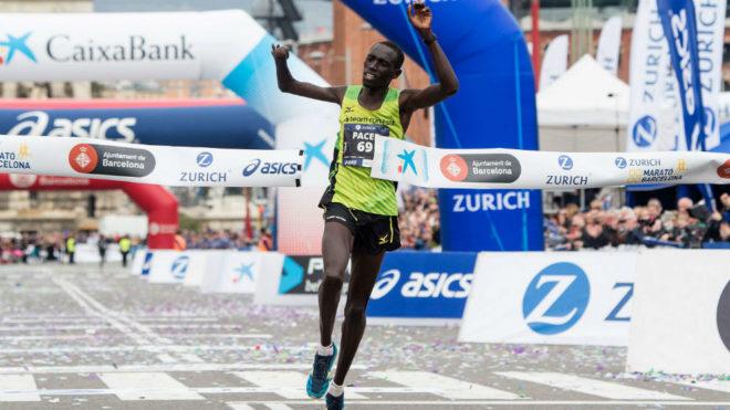 Jonah Kipkemoi Chesum cruza la meta como ganador del maratón de...