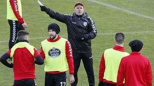 Luis César Sampedro dirigiendo a sus jugadores durante un...