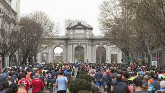 Cientos de corredores, en la Puerta de Alcalá en la pasada edición
