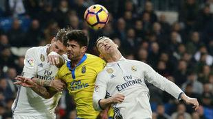 Ramos y Cristiano saltan a por un balón aéreo ante Aythami