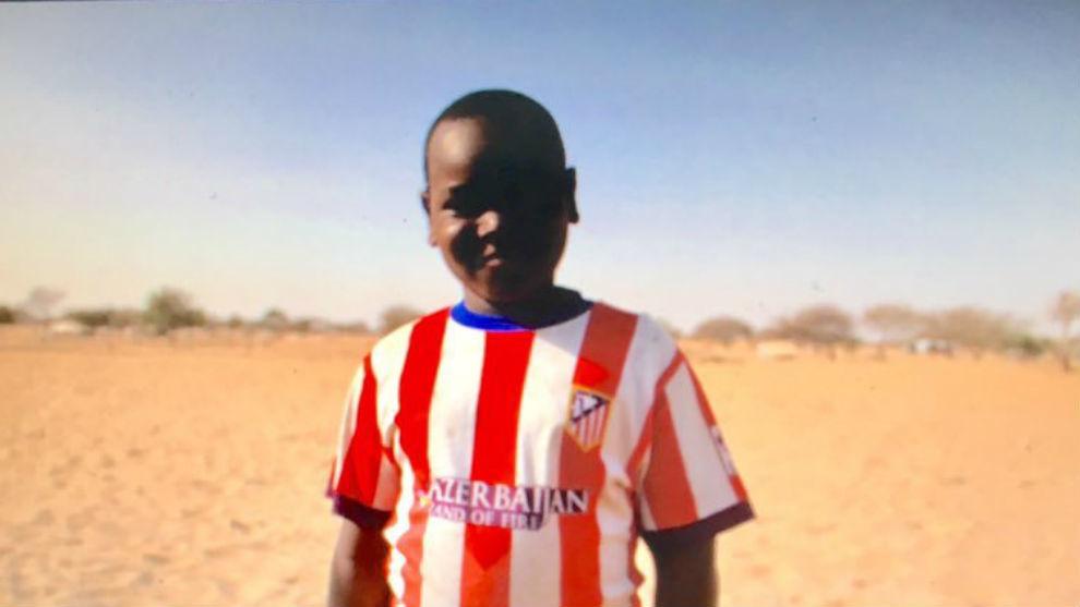Hassan posa con la camiseta rojiblanca
