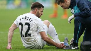 El doctor del Swansea atiende a Ángel Rangel.