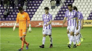 Los jugadores del Valladolid se retiran cabizbajos tras la derrota...
