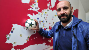 Monchi posa para MARCA junto a un mapa de Europa que se�ala los...