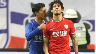 Sun Shilin, haciendo el gesto a Pato por el que podría ser...