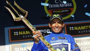 Nairo Quintana posando con el cl�sico tridente como ganador de la...