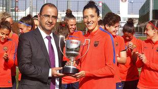 Juan Ignacio Gallardo entrega el premio a la jugadora.