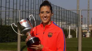 Jennifer Hermoso posa con su trofeo.
