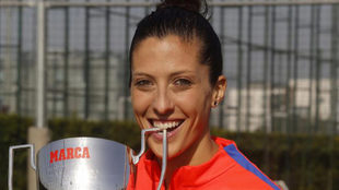 Jennifer Hermoso posa sonriente con su trofeo.