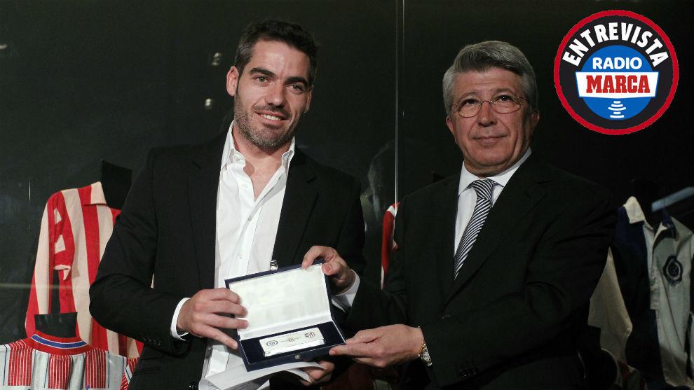 Antonio López junto al presidente del Atleti Enrique Cerezo