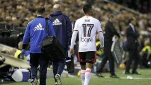 Nani abandona lesionado el partido frente al Madrid.