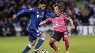 Pacheco ante Raul Cámara, durante el partido de su reaparición ante...