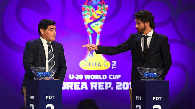 Aimar señala a Maradona durante el sorteo del Mundial sub 20.