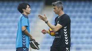 Martí charla con Gaku, durante un entrenamiento.