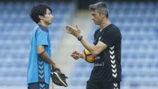 Mart� charla con Gaku, durante un entrenamiento.